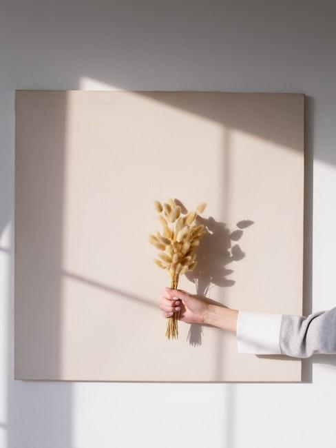gedroogde bloemen voor een lichtroze canvas