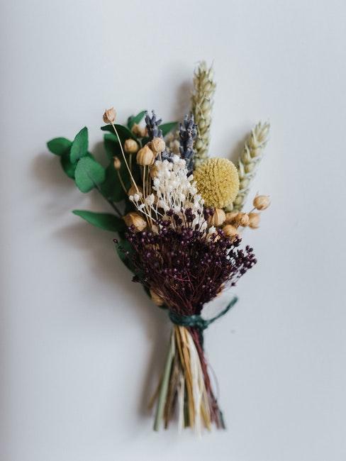 gedroogde bloemen gebonden in een boeket