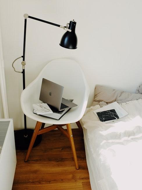 een gezellige slaapkamer in grijs en wit