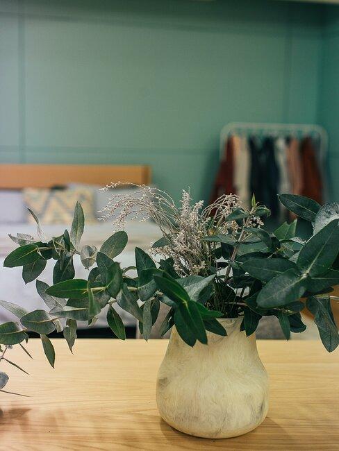 Groene slaapkamer wand met plant