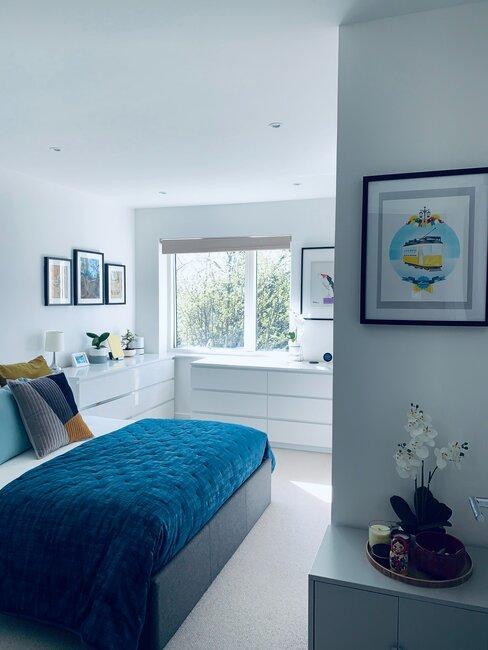 Blauwe slaapkamer met blauw dekbed