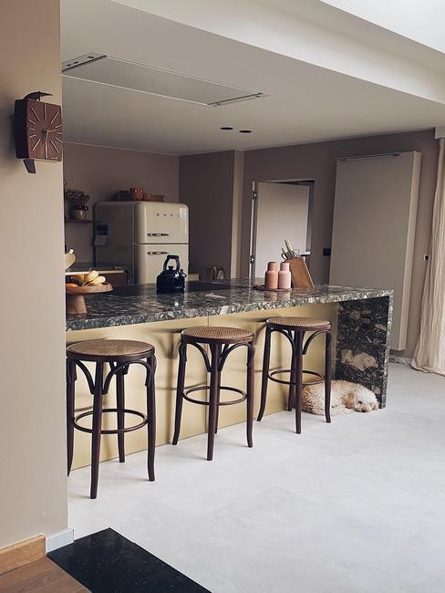 Keuken met retro barkrukken
