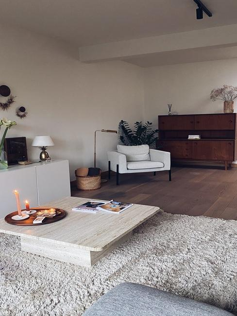 woonkamer van Liesbeth met marmeren bijzettafel