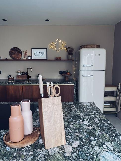 keuken van liesbeth de puysselier met marmeren keukenblad en smeg koelkast