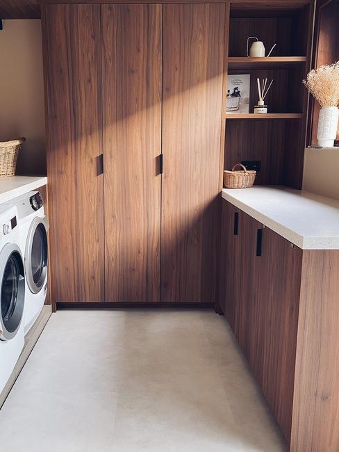 waskamer met donker hout