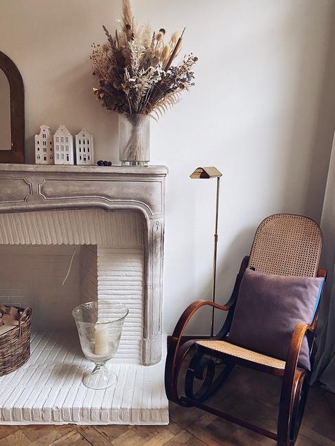 huiskamer met open haard en schommelstoel van Liesbeth de Puysselier