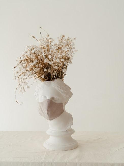 witte keramische vaas met droogbloemen