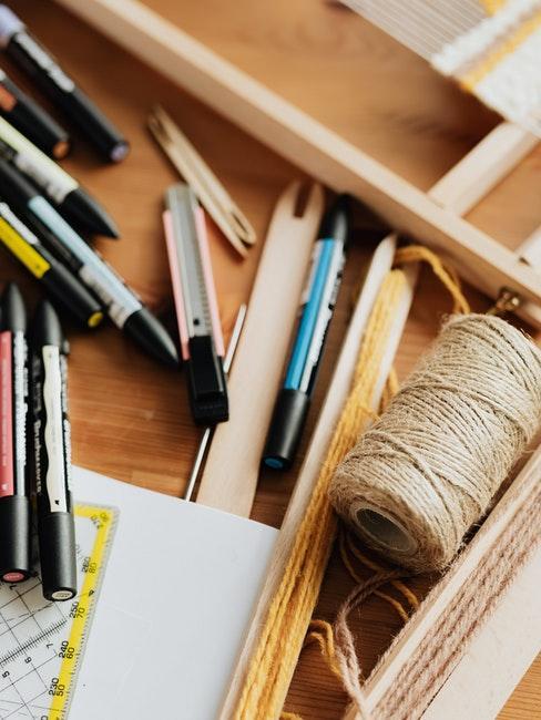 draden en potloden en pennen op een houten tafel