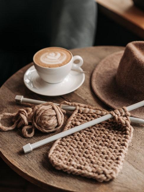breien en koffiekopje met schoteltje op houten bijzettafel