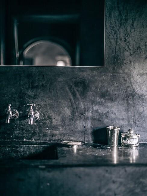 donkere stenen met zilvere kraan en donkere spiegel
