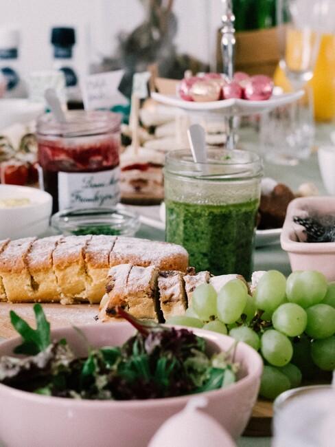 een tafel vol met eten en fruit