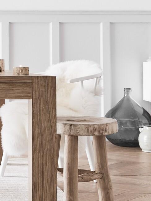 Lichte houten tafel met houten details