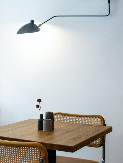 minimalistische eethoek met zwarte lamp