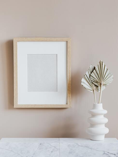 Licht houten fotolijst met witte vaas