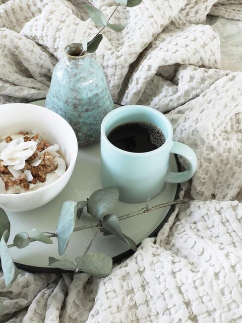 Linnen lakens met ontbijt op bed