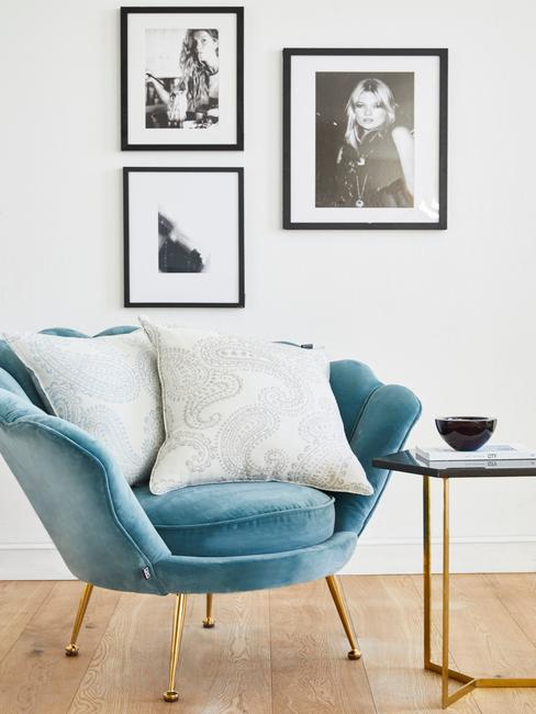 blauwe stoel met witte aaibare kussens
