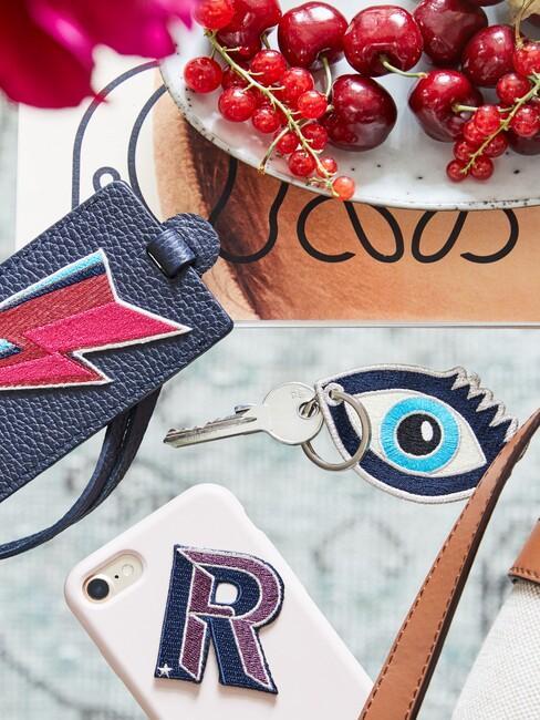oog hanger met telefoonhoesje en fruit