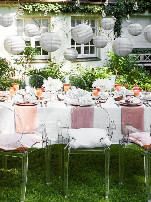 Tuin met kunststof stoelen en gedekte tafel