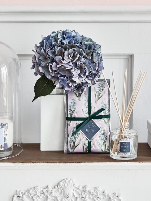 dressoir met blauwe bloem en vazen