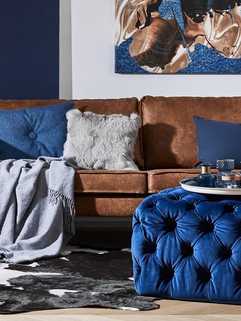 Leren bank met denim kussen en blauwe details voor een denim interieur