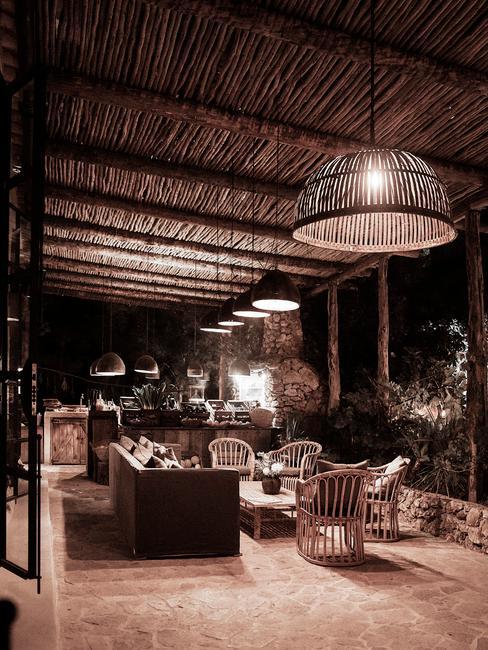 donker terras met rieten details