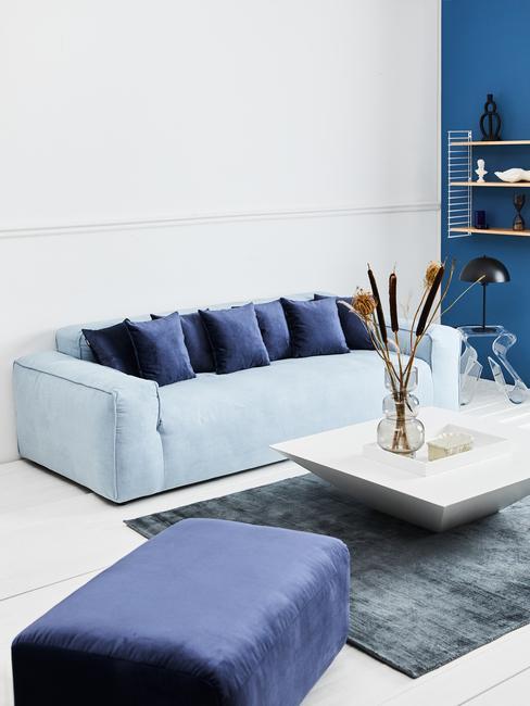Blauw interieur met witte salontafel