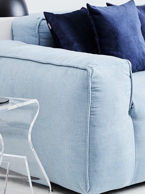 Blauwe bank met donkerblauwe kussens en kruk Loop van acryl