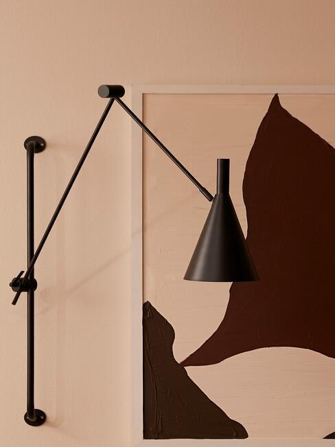 Zwarte lamp met kunstwerk