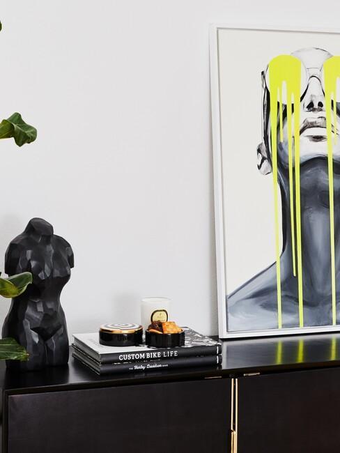 Dressoir met beeld en schilderij van een vrouw
