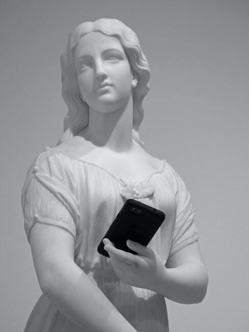 beeld van een vrouw met telefoon