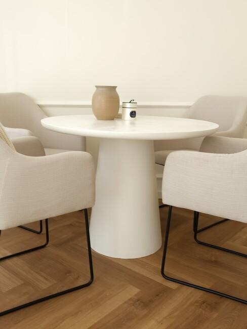witte ronde eettafel met beige stoelen