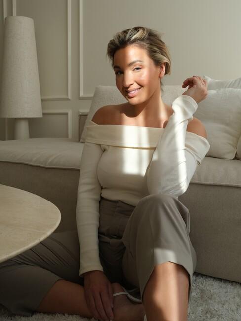 Portret van vrouw in beige woonkamer