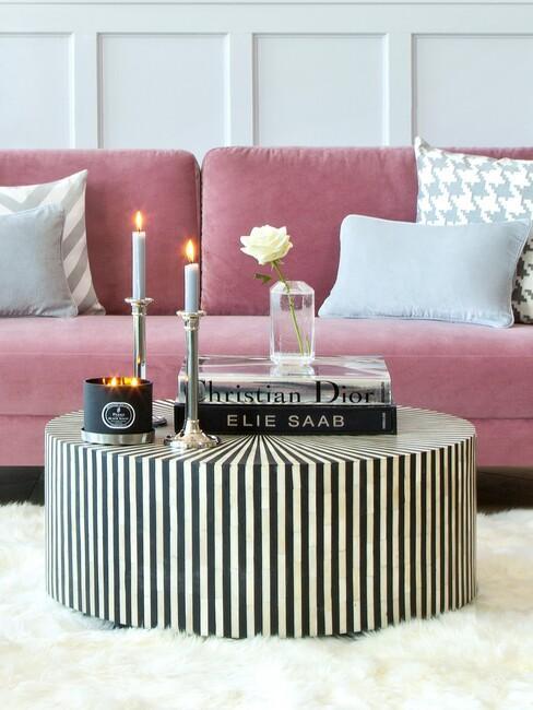 Roze bank met gouden tafel