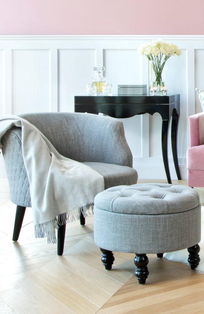 grijze stoel met grijze poef