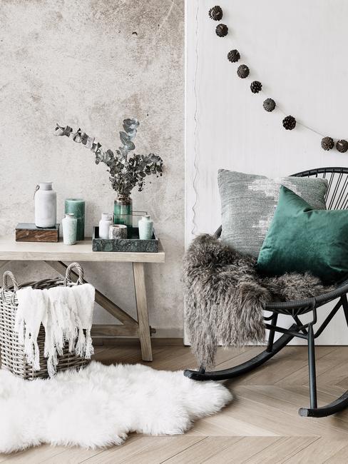 grijze stoel met groene accessoires