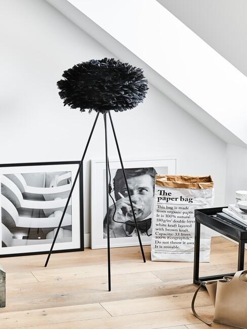 zwarte lamp met kunstwerken