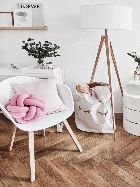 Witte stoel met roze details