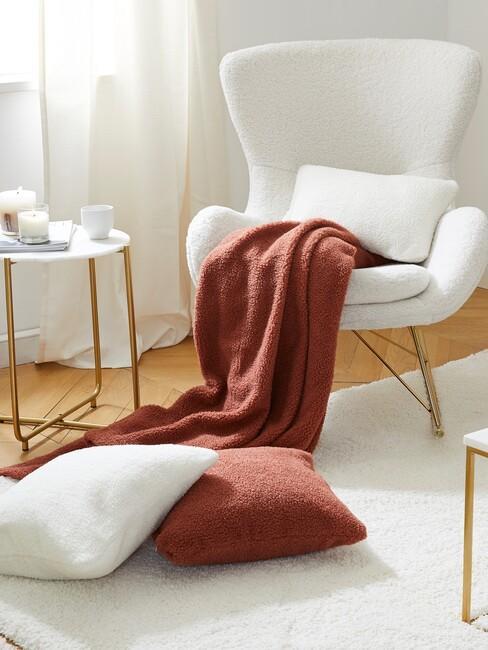 witte stoel met rode en witte kussens