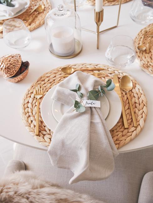 wit gedekte tafel met rieten placemet