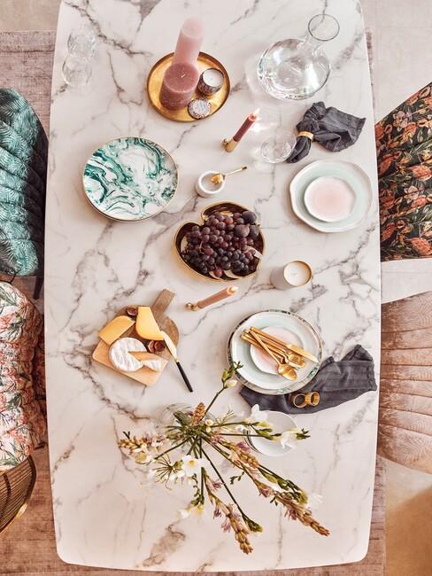 marmere tafel met gekleurd servies