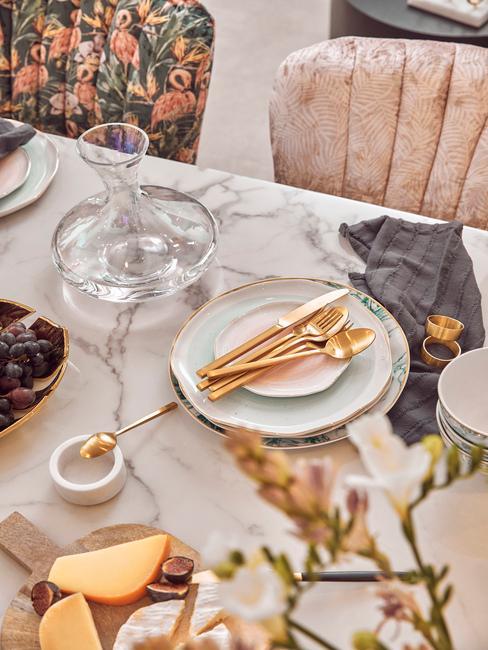 marmere tafel met gekleurde stoelen en servies