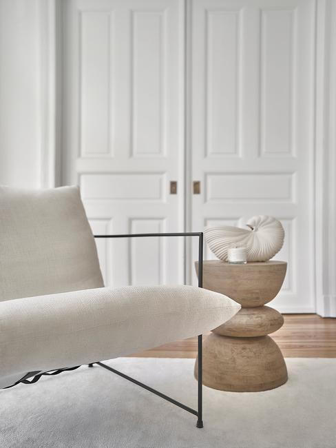 witte stoel met houten tafel en paneel deur