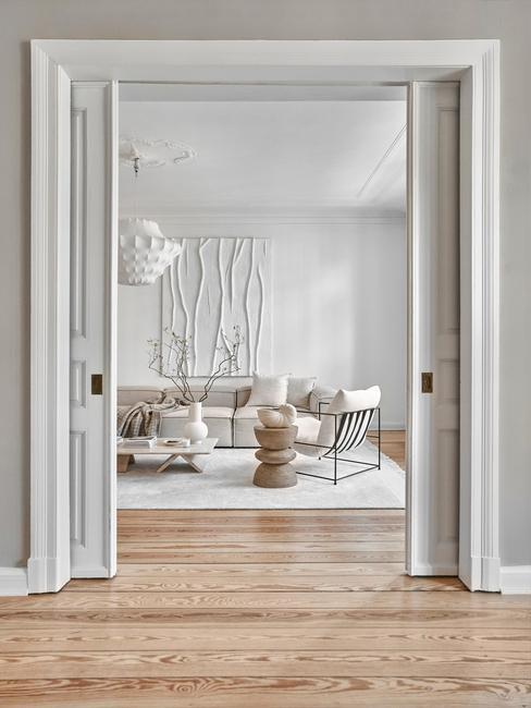 witte met beige woonkamer met houten vloer