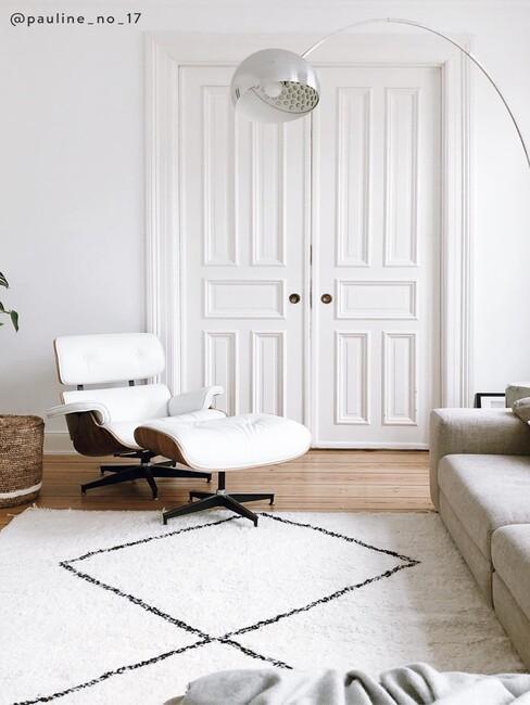 Witte paneel deuren met witte stoel