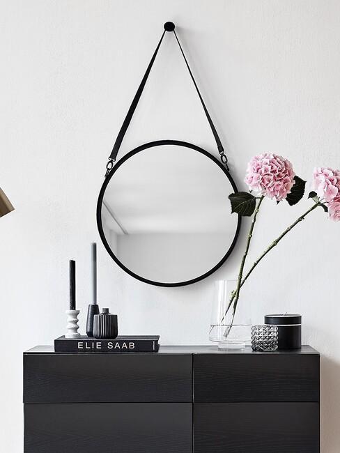 zwarte spiegel met grijze en zwarte kaars