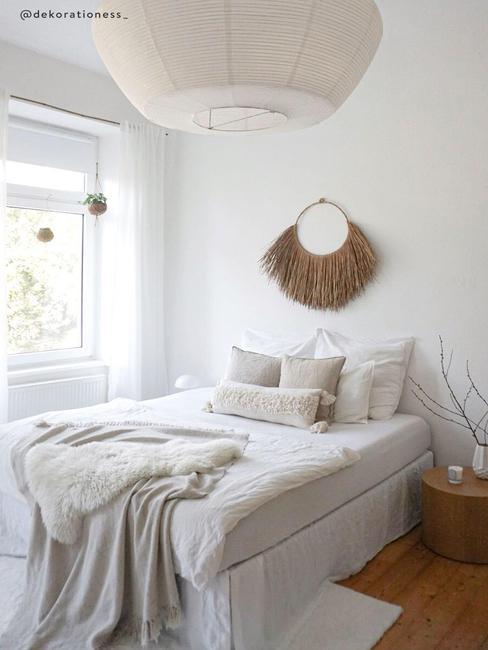 Witte slaapkamer met natuurlijke matrialen
