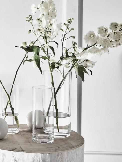 bloemen in glazen vazen op marmere tafel