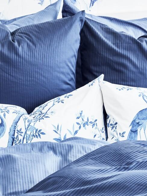 Omgemaakt blauw bed