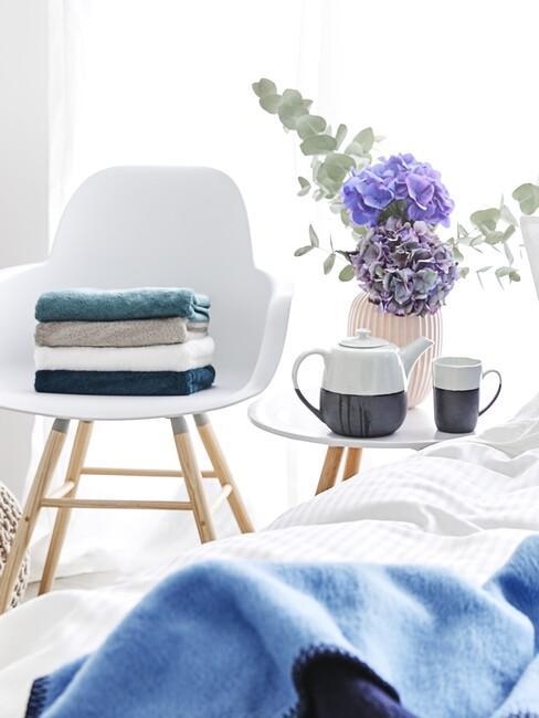 witte stoel met blauwe deken