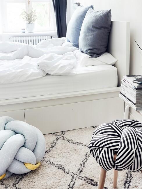witte slaapkamer met blauwe details